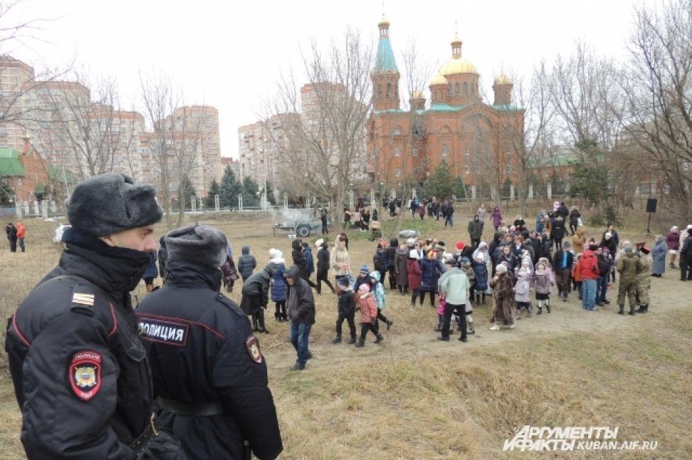 Территорию краснодарского храма Рождества Христова и подходы к нему охраняли полицейские.