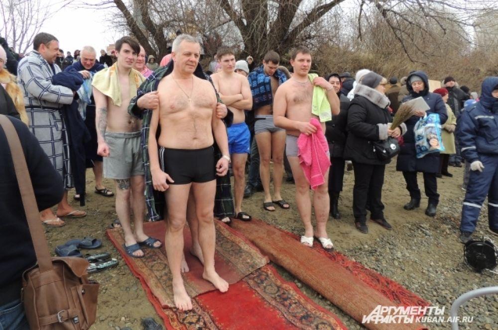 Перед тем как окунуться в Кубань, надо было выстоять очередь - уже в плавках на холодном ветру.