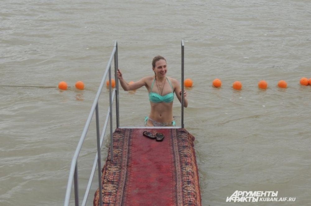 Одни люди погружались в воду с улыбкой.