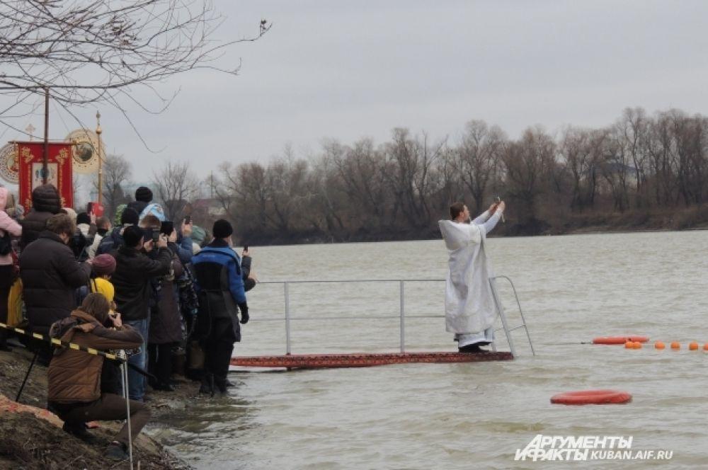 Воду в реке Кубань освятил настоятель храма Рождества Христова отец Александр Игнатов.