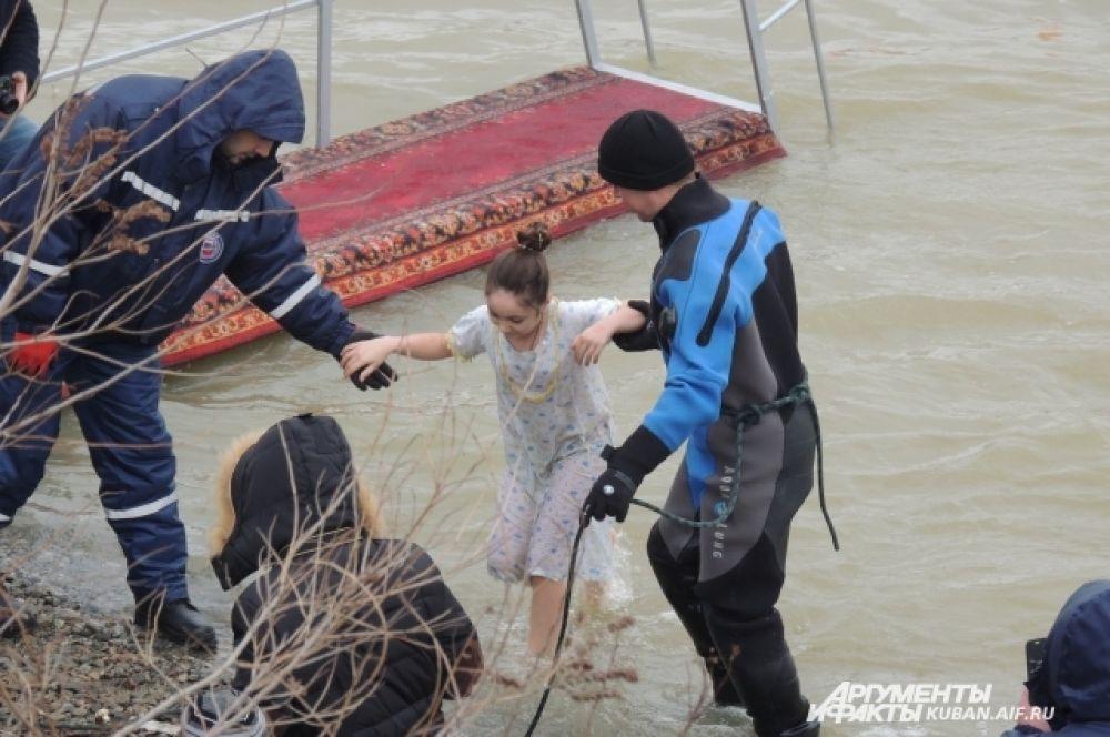 Спасатели помогали людям выходить из воды.