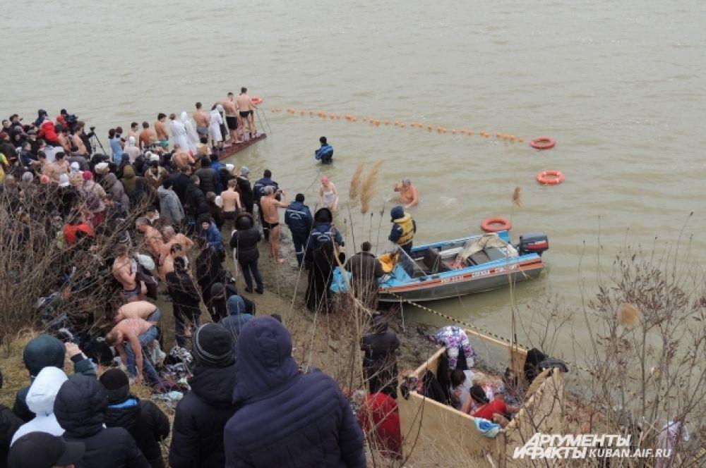 На берегу Кубани специально для крещенских купаний установили раздевалки.