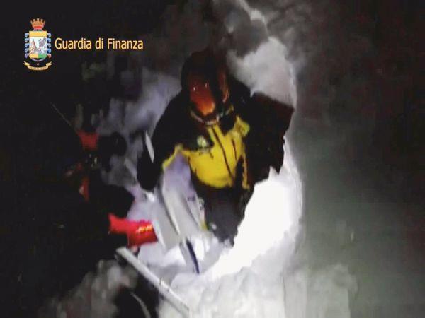 Утром живыми были обнаружены два человека, которые в момент схода лавины находились снаружи.