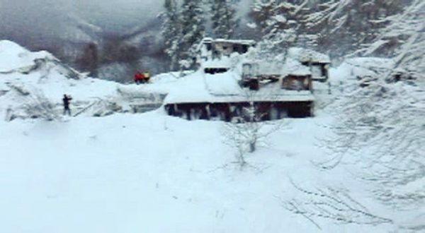 Последствия схода лавины на отель в Италии.