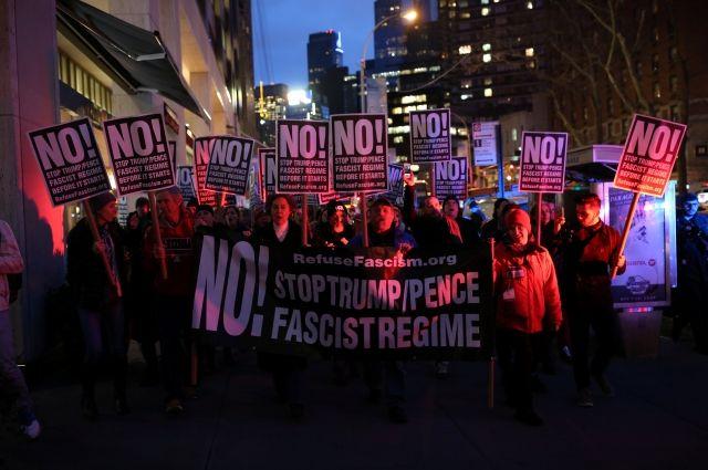 В Нью-Йорке прошел митинг против Трампа с участием мэра и звезд Голливуда