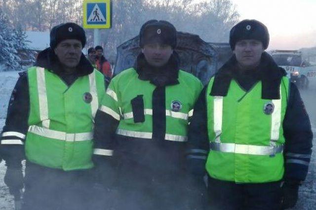 Сотрудники ДПС спасли жизнь целой семье.