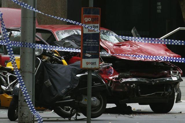 Автомобиль врезался в скопление пешеходов в Мельбурне