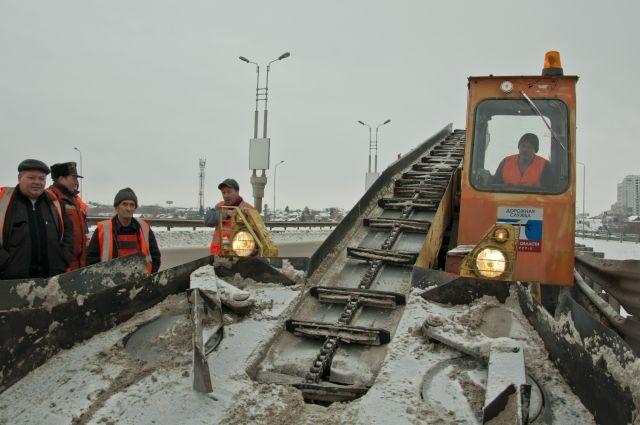 Работы по уборке дорог ведутся круглосуточно.