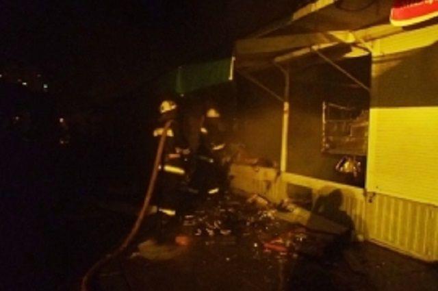 ВПензенской области 8 спасателей МЧС тушили торговый павильон