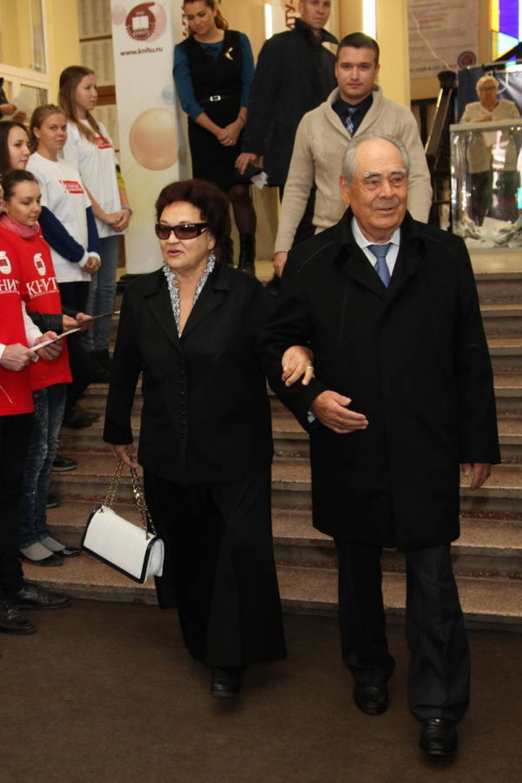 С женой Сакиной ханум на выборах в Госдуму в 2016 году.