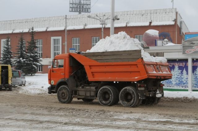 Чтобы весной не было подтопления подвальных помещений многоквартирных домов, управляющие компании должны во время вывозить снег из дворов.