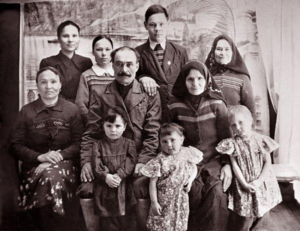 Семья Шаймиевых. В центре глава семьи – Шагишариф, справа – жена Нагима, слева – старшая дочь Догалия, во втором ряду слева направо – дочь Марзия, дочь Мадания, сын Минтимер, свекровь Марзии Оммегульсум. На коленях у Шагишарифа – внучка, дочь Доргалии, у Нагимы – внучки, дочери Марзии, 1954 г.