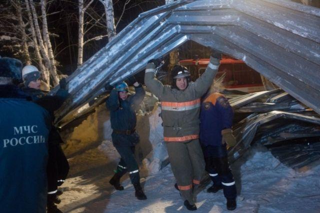 Спасатели всю ночь разгребали завалы в Бердске