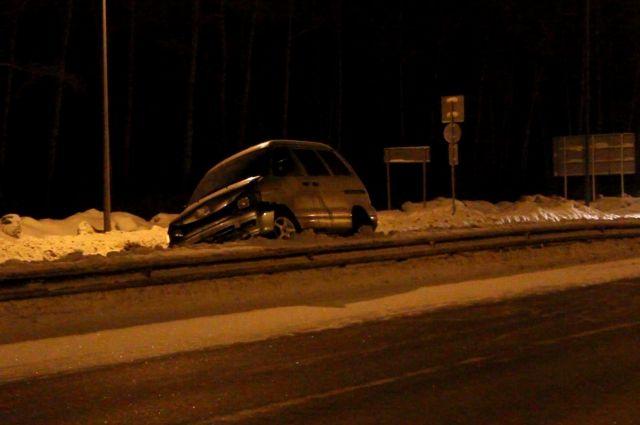 Пьяный мужчина без прав угнал автомобиль.