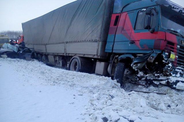 Участниками ДТП стали грузовой автомобиль «Scania» и легковой «ВАЗ-21703».