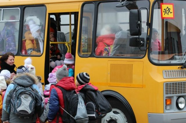 Продолжительность поездок школьников, которых доставляют на учебные занятия из отдалённых сёл, в среднем составляет 30 минут.