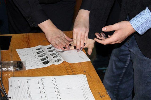 Результаты дактилоскопирования студентам оставили на память в качестве сувениров.