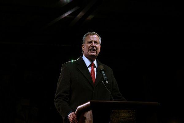 Мэр Нью-Йорка Билл де Блазио регулярно критикует Трампа, особенно по вопросам миграции.