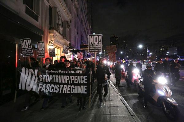 Протестующие собрались недалеко от принадлежащего республиканцу небоскреба Trump Tower.