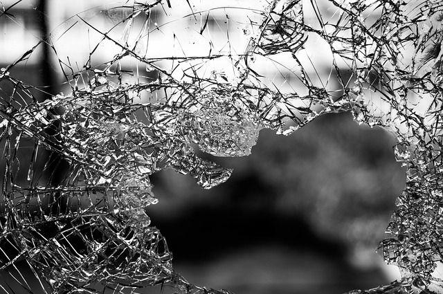 Из-за личной неприязни обидчик разбил стекла вавтомобиле калининградки