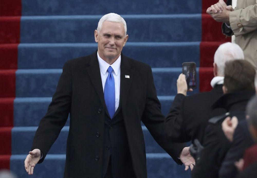 Сначала на лестнице Капитолия присягу принял помощник нового президента Майк Пенс.