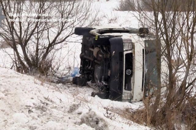 ВРовенской обл. микроавтобус съехал вкювет иперевернулся, пострадали 7 человек