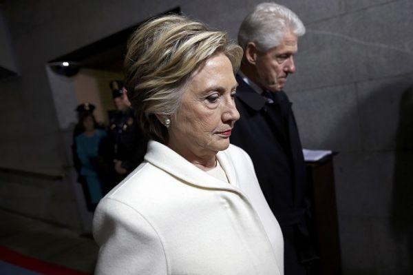 Хиллари и Билл Клинтон. Экс-госсекретарь США назвала целью своего приезда на инаугурацию избранного президента Дональда Трампа почтить американскую демократию и ее ценности.