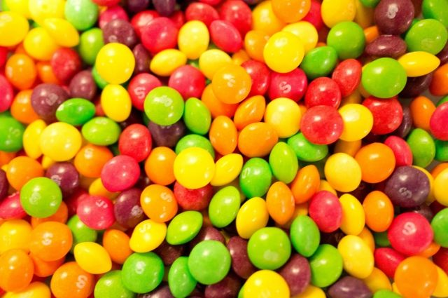Шоссе вСША засыпало Skittles. Драже везли накорм скоту