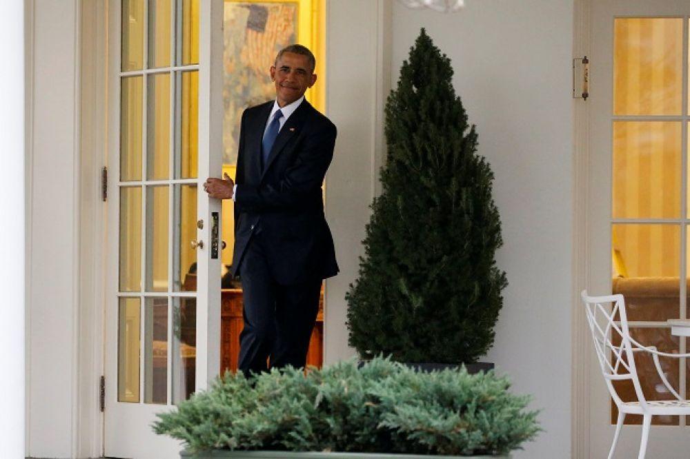 Там их приняли пока еще действующий лидер Барак Обама и вице-президент Джозеф Байден с супругами.