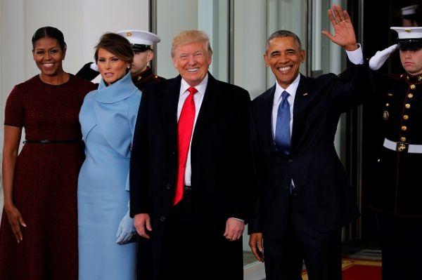 Вначале новый глава государства и вице-президент Майк Пенс в сопровождении супруг посетили Белый дом.