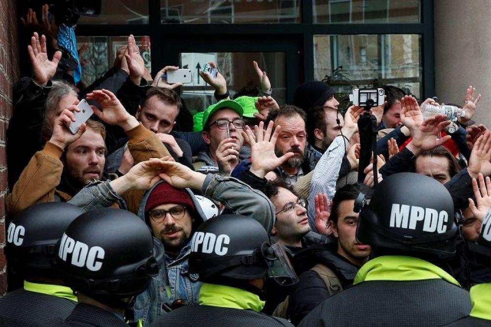 Не обошлось без стычек с полицией. Противники Дональда Трампа устроили акции протеста неподалеку от здания Конгресса, где проходила церемония.
