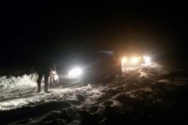 В Новоорском р-не застряли пять машин с рыбаками.