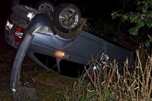 Автомобиль слетел с сельской дороги.