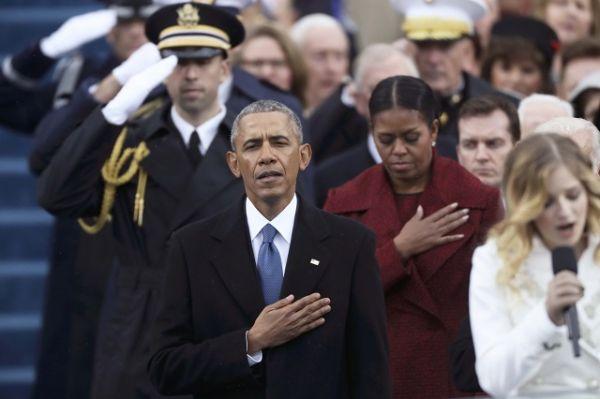 Барак Обама во время исполнения национального гимна.