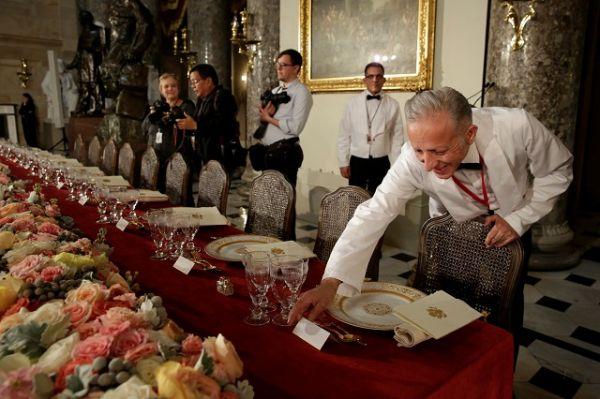 Официанты готовятся к инагурационному обеду президента США и членов Конгресса.