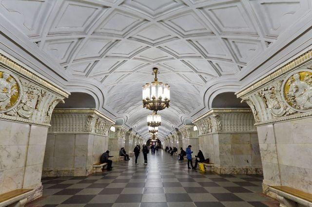 В столицеРФ боец Росгвардии упал напути настанции метро «Проспект мира»