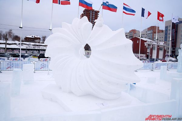 В течение пяти дней мастера трудились, делая изо льда и снега настоящие произведения искусства.