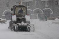 Снегоуборочный трактор не заметил в снегу автомобиля