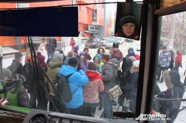 Каждый из восхищённых зрителей хотел сфотографироваться с самой сильной женщиной России и получить её автограф.
