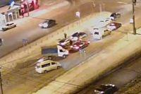 Виновник происшествия вырулил на правый ряд и уехал с места ДТП, несмотря на то, что водители пострадавших автомобилей пытались его задержать.