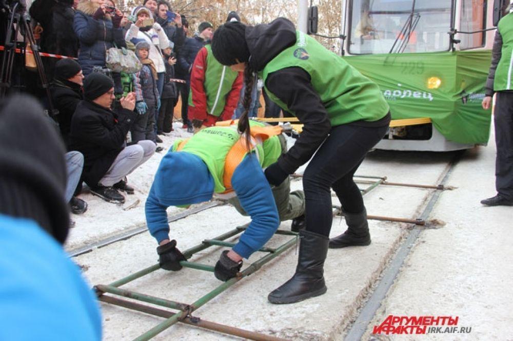 Оксана Кошелевой удалось сдвинуть два трамвая на пять метров.