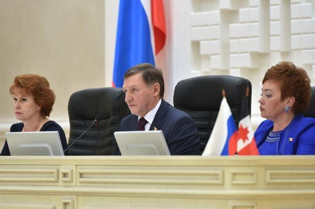 Читателям отвечает председатель парламента республики.
