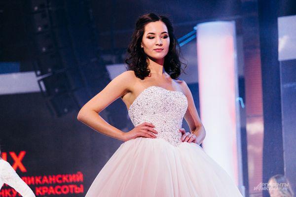 Традиционно в конце конкурса девушки вышли в свадебных платьях.