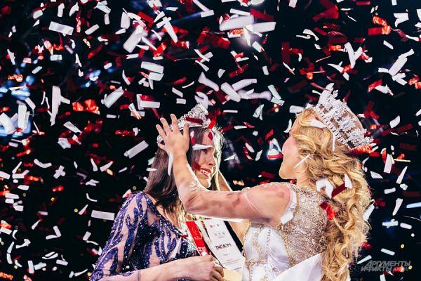 Мисс Татарстан-2016 Диляра Ялалтынова надевает корону на победительницу этого года Зульфию Шарафееву.