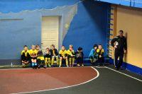 Команда «Золотые купола» 2006 г.р. Почти все дети либо в термобелье, либо спортивных штанах. Обстоятельства заставляют детей «утепляться».
