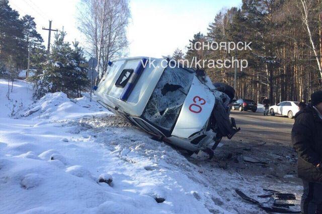 «Скорая» столкнулась с джипом натрассе под Красноярском