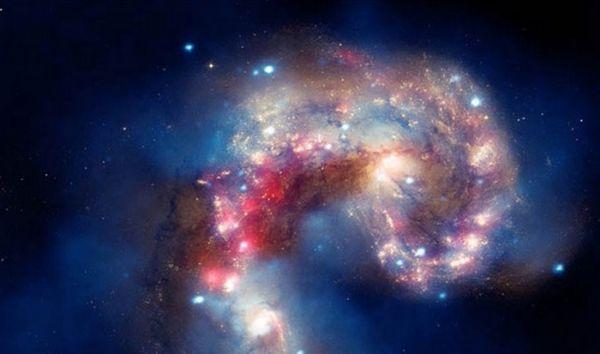 Бывает даже и такое, что галактики сталкиваются. Удивительно, что мы видим это, не смотря на то, что этому столкновению уже больше 100 миллионов лет