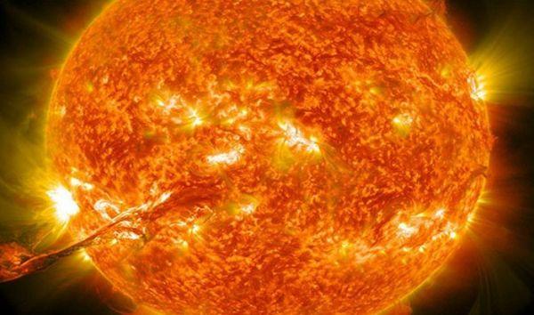 На фото, вроде, ничего необычного, один из выбросов корональной массы Солнца, называемого в народе «вспышкой». А теперь представьте, что этот выброс летит в сторону Земли со скоростью более 5 млн. километров в час!