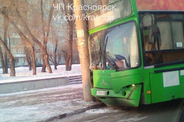 НаОктябрьском мосту вКрасноярске автобус спассажирами въехал встолб