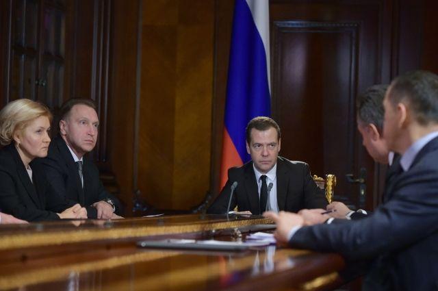 Медведев: страховые пенсии с 1 февраля повысятся на 5,4%
